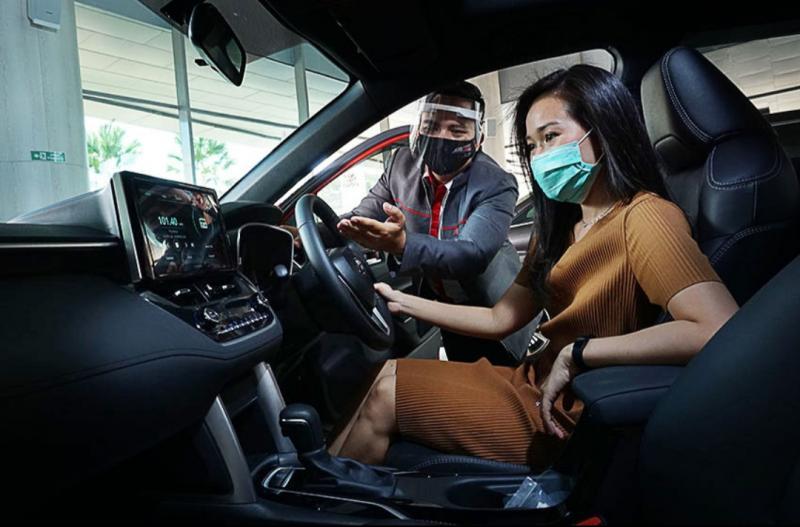 Auto Family tengah mempelajari fitur-fitur unggulan pada mobil baru Toyota di Auto2000