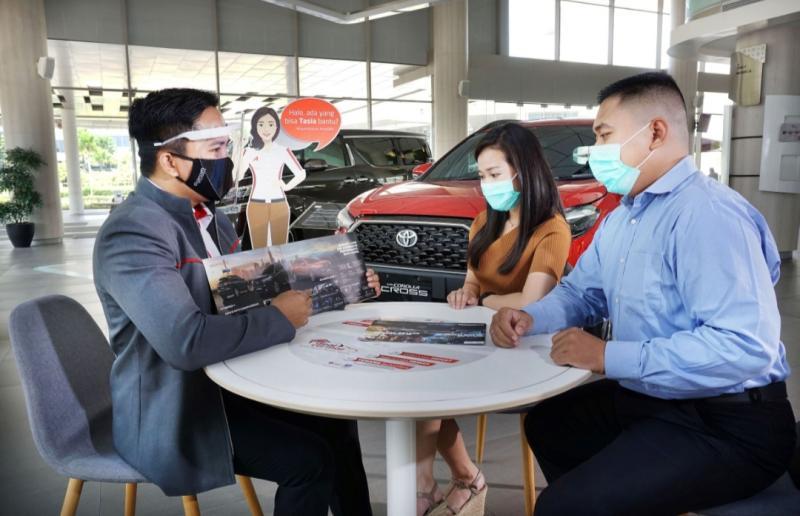 Petugas Auto2000 sedang melayani AutoFamily yang membeli kendaraan baru Toyota