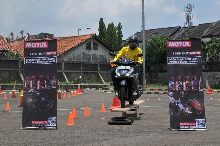Peserta safety Riding Training, melewati salah satu lintasan dalam modul pelatihan bersama instruktur JDCC