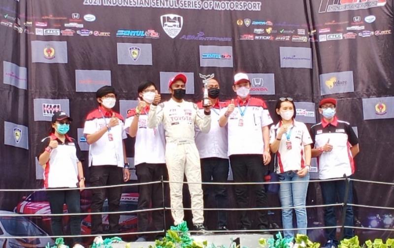 Haridarma Manoppo bersama manajemen TTI Gazoo Racing Indonesia di atas podium juara ISSOM 2021