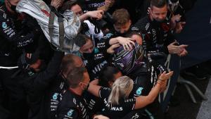 Lewis Hamilton di tengah euforia tim Mercedes, cetak rekor baru di F1. (Foto: f1)