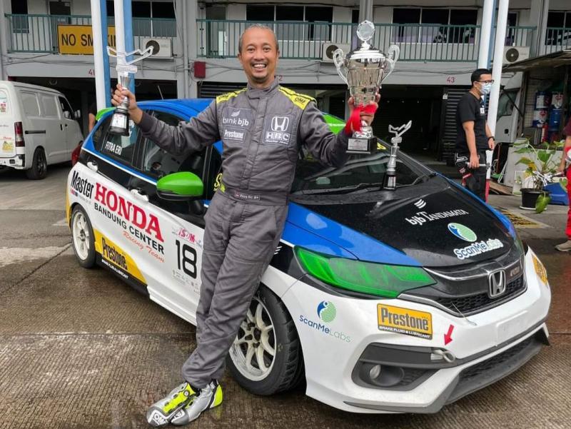 Fitra Eri, borong 3 trofi dari tiga kelas yang diikuti pada kejuaraan balap mobil ISSOM 2021 di sirkuit Sentul, Minggu (26/9/2021)