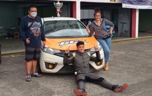 Ekspresi khas Vivaldhi Dwi Putra Wijaya ketika difoto bersama trofi juara ISSOM didampingi kedua orang tuanya