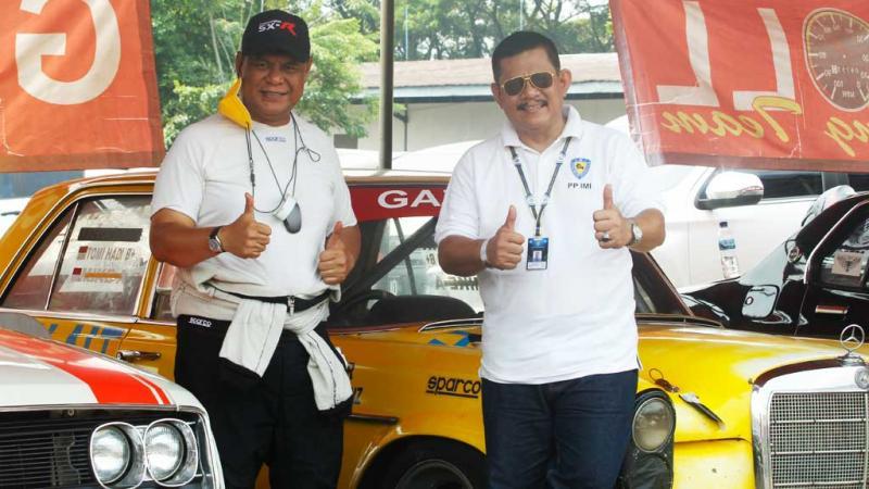 Tomi Hadi (kiri) dan Ketua PPMKI Pusat Ronny Arifudin resmikan Indonesia Classic Car Championship 2021 (foto: hf)