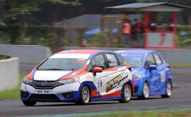 Ferrel Fadhil Dari H Putra 969 Racing dikuntit Avan Abdullah di kelas Honda Jazz Speed Challenge Master