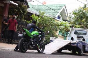 Ilustrasi mobil towing Zuttoride sementara melayani muatan motor pelanggan yang mengalami trouble