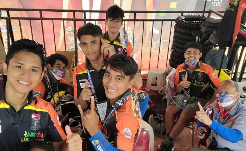 Wajah optimis para crosser DKI Jakarta di PON XX Papua yang selalu didampingi Ketua Anondo Eko