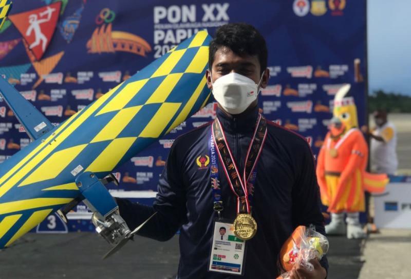 Pembalap ISSOM, M Andri Abirezky mengalungi medali emas Aeromodelling di PON XX Papua. (foto : dok pribadi)