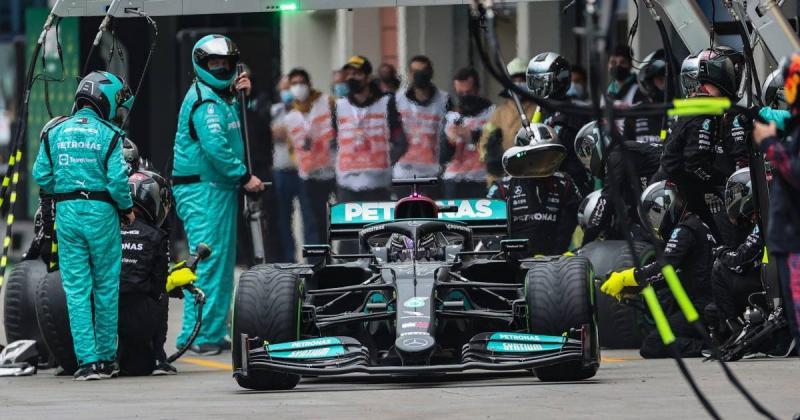 Pitstop telat Lewis Hamilton yang membuatnya finish P5 di GP Turki 2021. (Foto: planetf1)