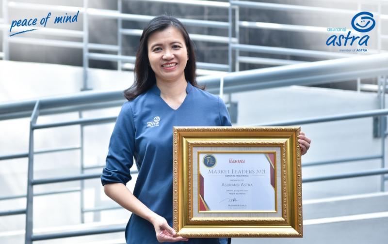 SVP Accounting & Finance Asuransi Astra, Lia Prilianty Singgih menerima penghargaan Insurance Market Leader Award 2021.