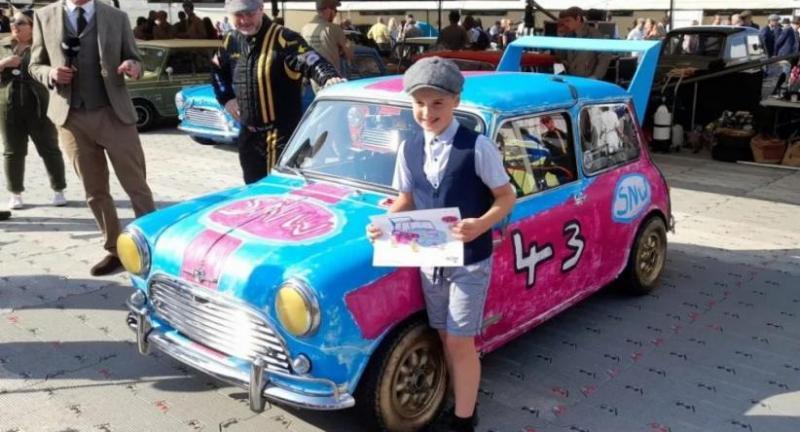 Stanley Wilkinson, Anak usia 9 tahun berpose dengan mobil yang dibuat berdasarkan desainnya