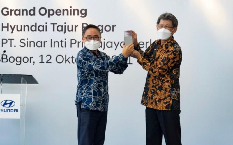 SungJong Ha selaku President Director PT Hyundai Motors Indonesia serahkan plakat kepada Joenaidi Purnama Sidik sebaga President Director PT Sinar Inti Primajaya Perkasa pada peresmian Hyundai Tajur Bogor hari ini