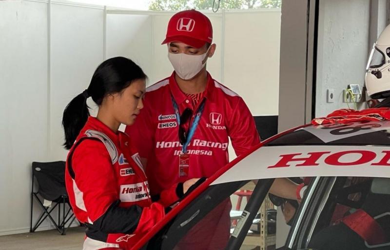 Amato Rudolph juga sekaligus menjadi coach pembalap wanita Honda Racing Indonesia, Canya Prasetyo