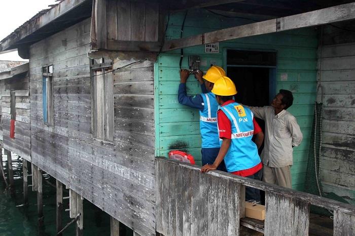 Pemasangan meteran listrik di daerah terpencil sebuah pulau terluar, yang belum mendapat akses penerangan listrik