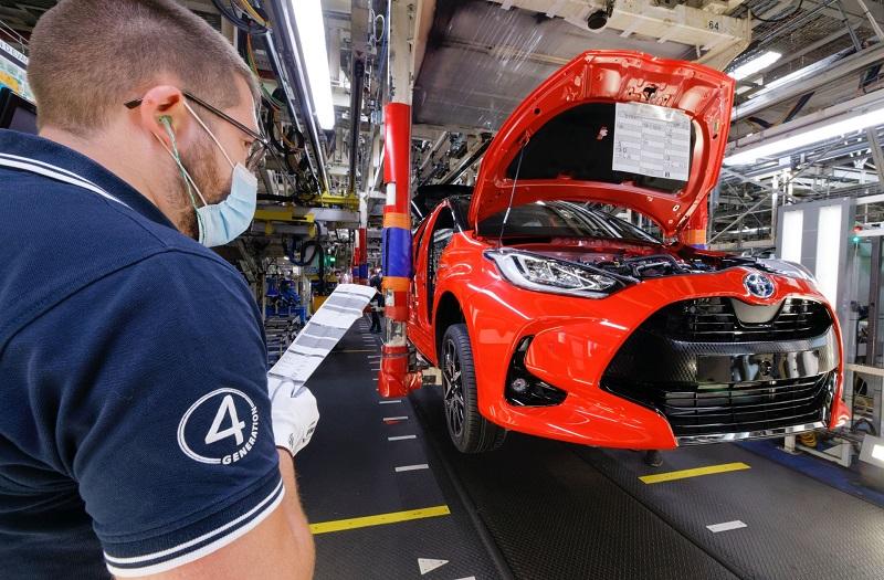 Seorang mekanik Toyota sementara memeriksa kondisi mobil dalam proses produksi