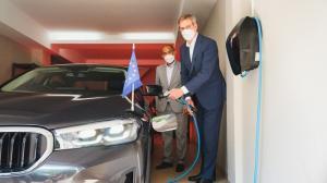 BMW serahkan mobil listrik untuk salah satu diplomat untuk merasakan kenyamanan khas BMW