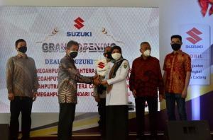 Para petinggi Suzuki meresmikan 4 diler di Sulawesi sambil melakukan kegiatan sosial