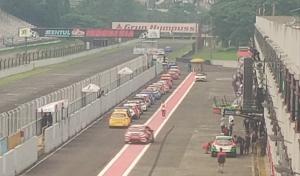 Para pembalap bersiap di pit lane untuk melakukan sesi pengambilan waktu (QTT) ISSOM putaran 4 di sirkuit Sentul Bogor hari ini