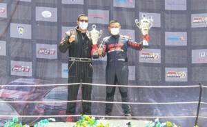 Benny Santoso (kanan) dengan trofi juara 1 Honda Jazz Speed Challenge Master
