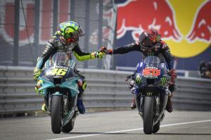 Valentino Rossi dan Fabio Quartararo, pertukaran tempat dalam tim Yamaha yang membuahkan gelar di musim 2021. (Foto: motogp)