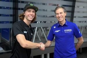 Darryn Binder (kiri) bersama Managing Director Yamaha Lin Jarvis usai tanda tangan kontrak di Misano hari ini.(Foto: yamaharacin)