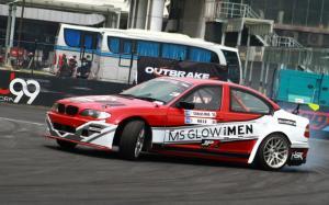 Aksi drifter senior Rio SB dari J99Xar dengan BMW E46 merah putihnya